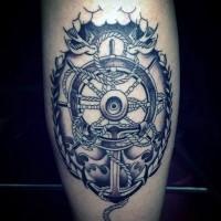 Tatuaje en el muslo,  tema náutico con ancla y timón fascinantes