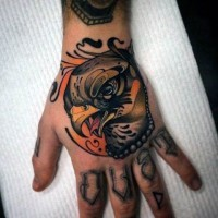 Tatuaje colorido en la mano,  cabeza de águila bonita