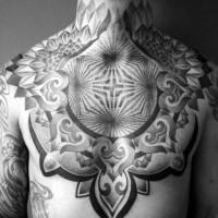 bellissimo grande dipinto ornamento ipnotico inchiostro nero tatuaggio su petto e collo