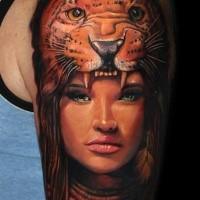 Toll gemalter natürlich aussehend Schulter Tattoo des Mädchens mit Leopardenhelm