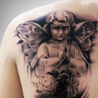 bellissimo cherubino prega tatuaggio sulla scapola