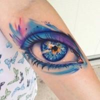 Tatuaggio grande sul braccio l'occhio azzurro