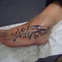 bellissima farfalla tatuaggio su piede di ragazza