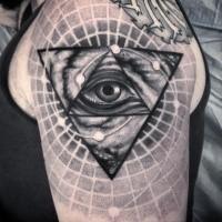 Grande accurato dipinto in stile dotwork tatuaggio spalla a triangolo con occhio umano