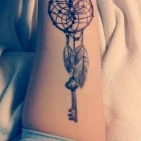 grande nativo americano inchiostro nero cacciatiri dei sogno con chiavi tatuaggio su braccio