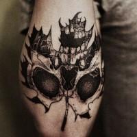 grande bianco e nero foglia d'acero stilizzata con cranio tatuaggio su gomito