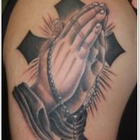 grande inchiostro nero croce con mani pregando tatuaggio su spalla