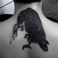 grande inchiostro nero corvo raccapricciante con carne sanguinante tatuaggio su nuca