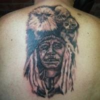 Großes farbiges detailliertes amerikanisches Porträt des alten Indianers Tattoo am Rücken mit Adler und Schädel