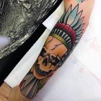 Tatuaje en el antebrazo,  cráneo humano roto en sombrero indio