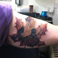 grande colorato foglia d'acero con persone tatuaggio sbraccio