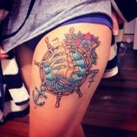 Tatuaje colorido en el muslo,  timón combinado con barco ancla y flor