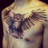 grande gufo volante tatuaggio sul petto per maschio