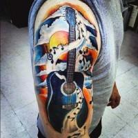 Tatuaje en el brazo, guitarra acustica fascinante con notas musicales