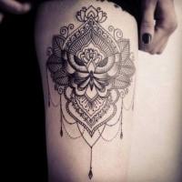 Grande stile di linea dipinta da Caro Voodoo tattoo tattoo con ornamenti floreali