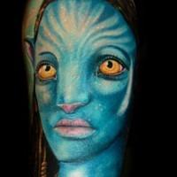 Tatuaje colorido en el hombro, mujer tribal de Avatar