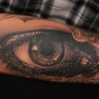 grande naturale nero e bianco occhio triste tatuaggio su braccio
