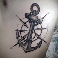 Tatuaje en el costado,  ancla con compás estupendos