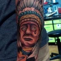 Großes schönes detailliertes farbiges Porträt des weinendem Indianer Tattoo am Unterarm