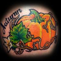 Grosser Orange Kurbis Und Blumen Gefarbtes Tattoo Mit Schriftzug
