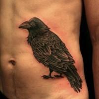 Tatuaje en el costado,   cuervo negro simple detallado