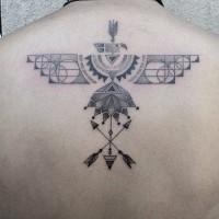Tatuaje en la espalda alta,  pájaro formado de ornamento único y flechas cruzadas