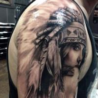 Großes sehr detailliertes schwarzes und weißes Tattoo mit verführerischer indianischer Frau auf der Schulter