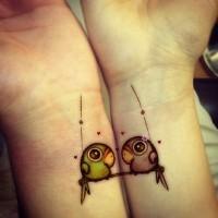 pappagalli divertenti amicizia tatuaggio su polsi