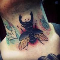 bel insetto nero tatuaggio colorato  su collo