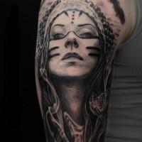 Realismusstil schwarzgrauer Oberarm Tattoo der Indischen Frau mit Rauch