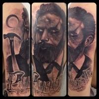 Schwarze und graue Art mystischer Mann mit drittem Auge und Schriftzug Tattoo an der Schulter