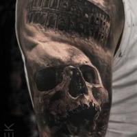 Cranio umano dall'aspetto bello e nero con il Colosseo