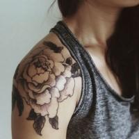Schwarze und weiße detaillierte massive Pfingstrose Blume Tattoo am Oberarm
