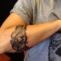 bel nero e bianco bracciale floreale stilizzato tatuaggio su braccio