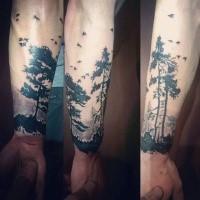 Schwarzweißes Unterarm Tattoo von Bäumen mit Vögeln