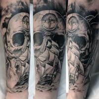 mozzafiato nero e bianco massiccio nautica cranio con bussola e nave a vela tatuaggio su braccio