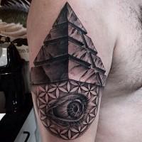 Tatuaje en el hombro, pirámide interesante con ojo aterrador