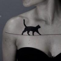 Tatuaje en el pecho, gato negro camina en hilo estirado