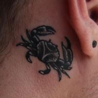 granchio nero tatuaggio dietro orecchio
