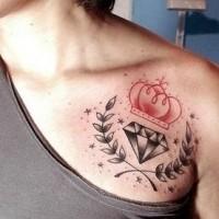 Tatuaje en el hombro, corona roja con diamante y hojas de laurel
