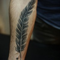 piuma nera avambraccio tatuaggio