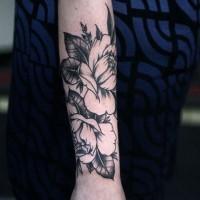 Tatuaggio bianco nero sul braccio i fiori