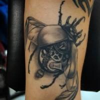 grigio nero scarabeo biomeccanica tatuaggio sul braccio