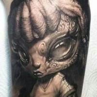 grigio nero carino aliene tatuaggio sul braccio