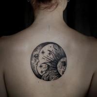 nero grigio sole e luna tatuaggio sulla schiena