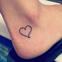 contorno cuore nero piccolo tatuaggio su caviglia