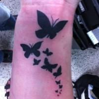 inchiostro nero farfalle tatuaggio per ragazza su polso