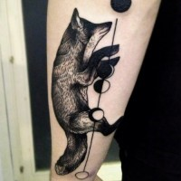 Tatuaggio grande sul braccio la volpe & le palline
