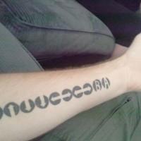 inchiostro nero disadattato avambraccio tatuaggio