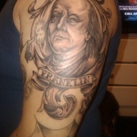 Tatuaje en el brazo, retrato simple negro blanco de Benjamin Franklin